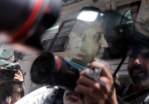 Agentes de la Unidad Central Operativa (UCO) trasladan al expresidente de la Generalitat, Eduardo Zaplana, detenido en Valencia en una operación contra el blanqueo de capitales.
