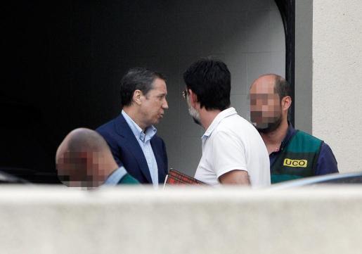 El expresidente de la Generalitat Valenciana y exministro de Trabajo, Eduardo Zaplana, a su llegada a su chalé de Benidorm junto a la comisión judicial tras ser detenido por blanqueo de capitales, malversación, prevaricación y cohecho.