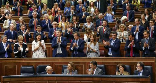 Diputados del PP aplauden tras la aprobación de los Presupuestos Generales del Estado para 2018, hoy en el Congreso de los Diputados de Madrid.