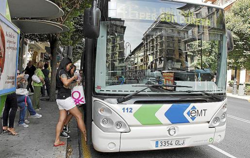 Varios viajeros suben a un autobús de la EMT en Palma.