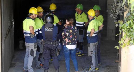 La alcaldesa, Maria Ramon, siguió los trabajos en el párking, junto a bomberos, policía y técnicos.