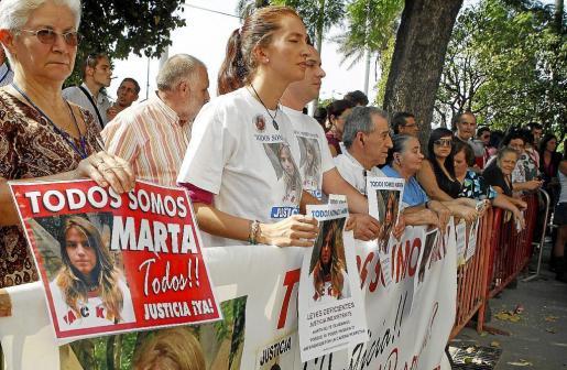 Un grupo de personas se manifestaron a las puertas de la Audiencia Provincial de Sevilla, donde se celebró ayer la segunda sesión del juicio de Marta del Castillo.