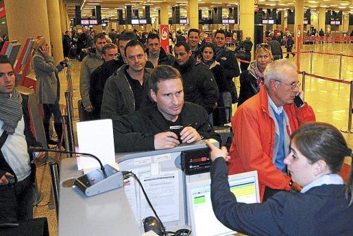 Un grupo de pasajeros hace cola en Son Sant Joan por la huelga de controladores.