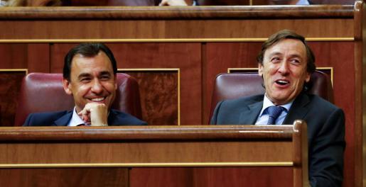 El portavoz del PP Rafael Hernando (d) y el diputado Fernando Martínez-Maíllo tras la aprobación de los Presupuestos Generales del Estado para 2018.