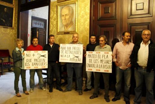 El grupo de delegados sindicales, esta mañana en las dependencias de Alcaldía.