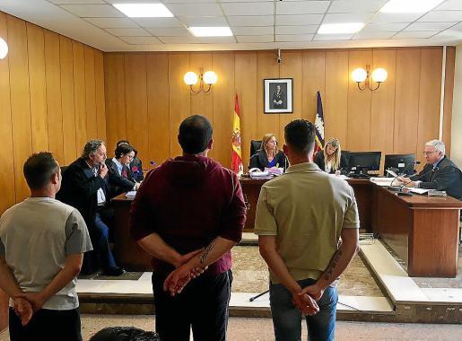 Los tres acusados en el juicio celebrado en una sala del juzgado de lo Penal 6.