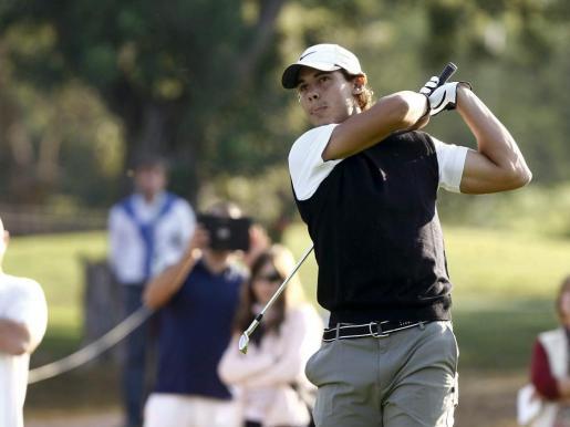 Rafa Nadal tras golpear la bola durante su participación en el Pro-Am del Castellón Masters de golf que se disputa en el Club de Campo del Mediterráneo en Borriol.