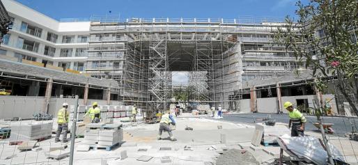 Las obras avanzan a buen ritmo. En el centro de la imagen se ve el espacio que albergará la mayor piscina colgante de Europa.