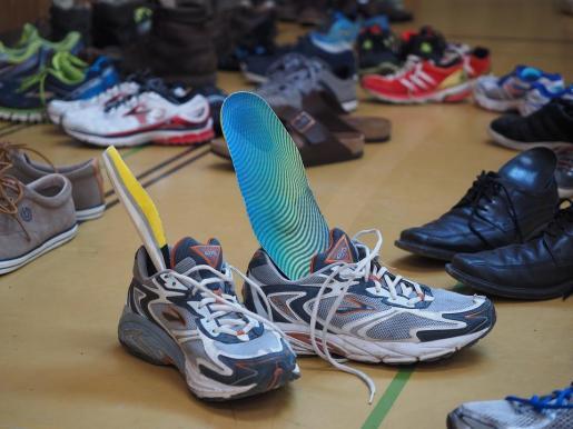 La mujer se puso las plantillas en sus zapatos.