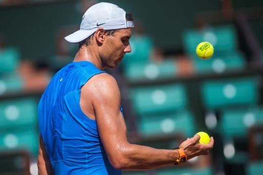 Rafael Nadal durante un entrenamiento en una pista del Roland Garros.
