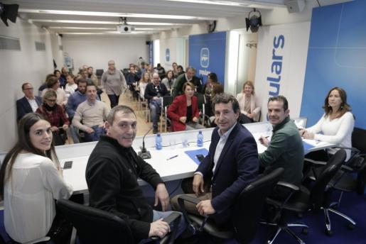 Gabriel Company, escoltado por Jeroni Salom y Toni Fuster, durante una reunión de los populares.