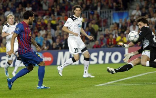 Dani Alves (izq.) lanza un balón que rechaza el portero del Viktoria Plzen,Marek Cech.