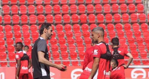 Vicente Moreno charla con Salva Sevilla en el último partido antes de viajar a Miranda de Ebro.
