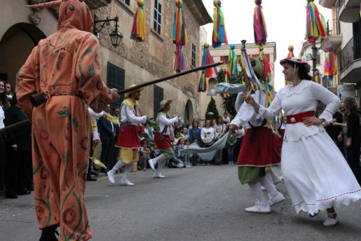 Los Cossiers danzaron en el Ajuntament Vell ante las autoridades municipales.