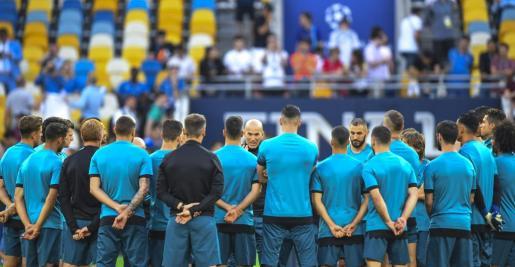 Los jugadores del Real madrid escuchan a su entrenador, Zinedine Zidane, durante un entrenamiento en Kiev.