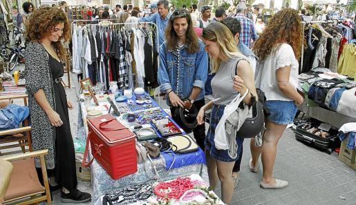 Artesanía y artículos 'vintage' o de segunda mano llenaron la Plaça d'en Quadrado, de Palma.
