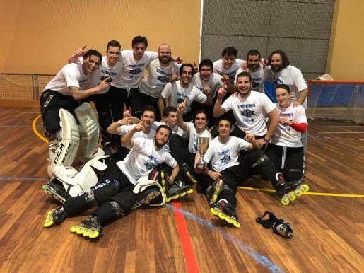Los jugadores del CPL Valladolid celebran su título de campeones.