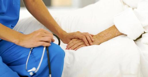 Dar apoyo y cariño al enfermo, en la recta final de su vida, es una de las prioridades de los cuidados paliativos.
