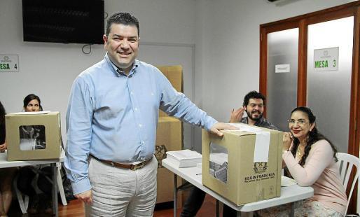 El cónsul de Colombia, Diego Felipe Cadena, en una mesa de votación.