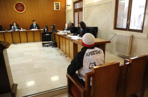 El acusado, de espaldas, durante el juicio.