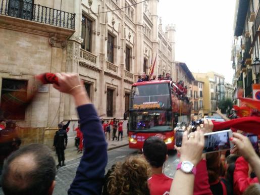 Llegada del autobús del Mallorca a la plaza de Cort.