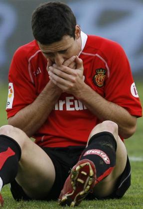 Aritz Aduriz se duele de un golpe en el partido Xerez-Mallorca.