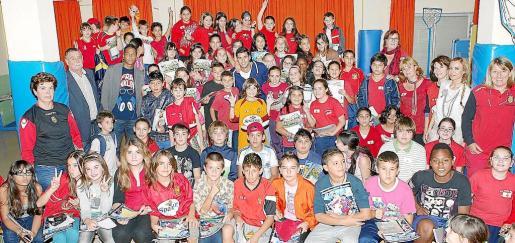 Nsue y Cáceres visitan el colegio Rafal Nou. El delantero y el defensa uruguayo compartieron una porción de su tiempo junto a nutrido grupo de alumnos del colegio palmesano que se lo pasaron en grande con los jugadores.