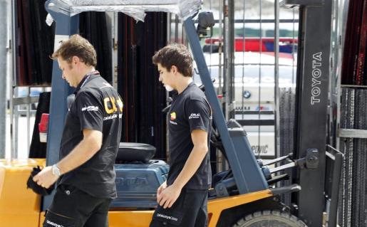 Marc Márquez ( a la derecha) se cayó junto a otros pilotos en una zona mal señalizada de la pista malaya y sufrió un fuerte golpe en el cuello, en el omóplato izquierdo y en el tobillo derecho.