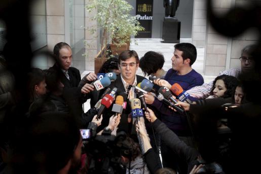 El president Francesc Antich atendiendo a los periodistas.