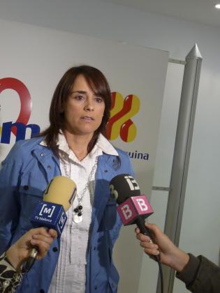 La portavoz de UM, Catalina Julve, con gesto serio, destacó ayer en Manacor el «gesto de Munar, que le honra, dimitiendo de sus cargos».