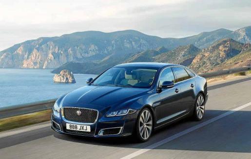 Como parte de las actualizaciones del XJ, Jaguar conmemora los 50 años del lanzamiento de la emblemática berlina deportiva de lujo con una versión exclusiva edición aniversario denominada XJ50 que cuenta con excelentes mejoras y uno de los motores más avanzados de la marca.