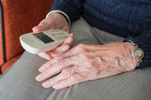 La abuela deberá abstenerse de hacer ningún tipo de «reproche» a su nieta cuando hable con ella por teléfono.