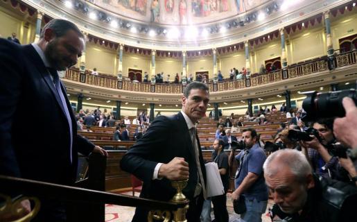 El líder del PSOE, Pedro Sánchez (c), abandona el hemiciclo tras finalizar el debate de la moción de censura presentada por el PSOE contra el presidente del Gobierno, Mariano Rajoy.
