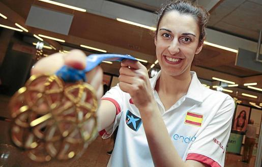 Alba Torrens muestra su medalla de campeona del Eurobasket 2017.