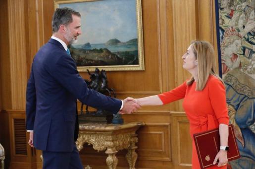 La presidente del Senado, Ana Pastor, entrega al rei Felipe VI el nombramiento de Pedro Sánchez como presidente del Gobierno para su sanción.
