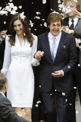 El ex Beatle, Sir Paul McCartney, y Nancy Shevell, salen del registro civil de Westminster donde contrajeron matrimonio el domingo 9 de octubre de 2011.