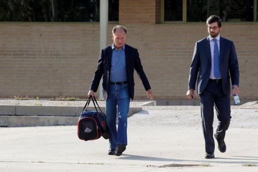 El exmarido de la que fuese ministra de Sanidad Ana Mato y exalcalde de Pozuelo de Alarcón (Madrid) Jesús Sepúlveda (i), a su salida de la cárcel tras abonar la fianza de 100.000 euros que le impuso el miércoles la Audiencia Nacional.