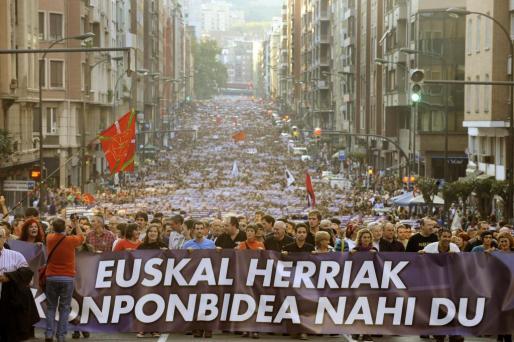 Miles de personas marchan por las calles de Bilbao.