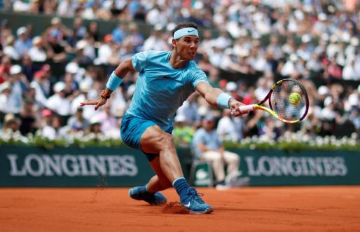 Rafael Nadal devuelve un golpe durante el partido de este sábado.