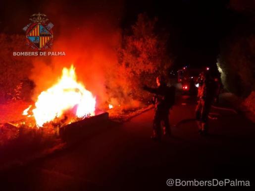 Un vehículo se estrelló contra una pared después de salirse de la vía y posteriormente ardió. Cuando los Bomberos de Palma llegaron hasta el lugar de los hechos no había nadie, por lo que la Policía Local no descarta ninguna hipótesis.