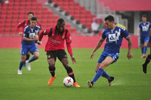 Cedric, autor del segundo gol, lucha con un rival por un balón.