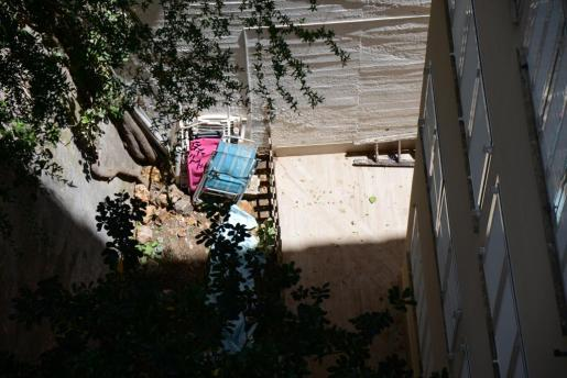 Alrededor de las once de la mañana un vecino de la zona ha encontrado un cadáver en el patio interior de un edificio. Inmediatamente ha dado aviso a la Guardia Civil. Varios vecinos de la zona relatan a Última Hora que, entre las 3 y las 5 de la madrugada escucharon un gran estruendo, aunque debido al movimiento de la zona no le dieron importancia.