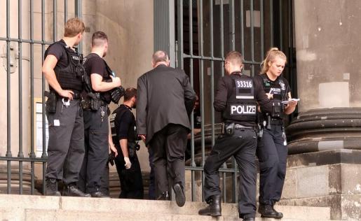 El agente está herido y el sospechoso ha recibido un disparo en una pierna, según esta fuente. El incidente ha ocurrido en la Isla de los Museos de Berlín, una zona muy concurrida por turistas, cuando el policía disparó contra un individuo «que estaba arrasando con todo», según las autoridades.