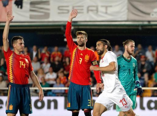 El defensa de la selección suiza de fútbol Ricardo Rodríguez (2d) celebra su gol, primero del equipo ante la selección española, durante el partido amistoso que los dos combinados disputan esta noche en el estadio de La Cerámica, en Villarreal.