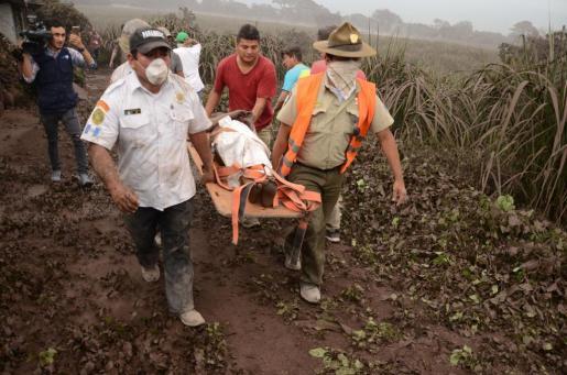 Voluntarios y miembros de rescate de Guatemala trasladan a los heridos en El Rodeo, Escuintla (Guatemala).