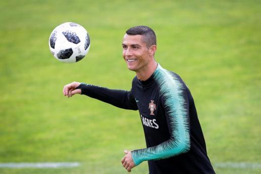 El delantero de la selección portuguesa de fútbol Cristiano Ronaldo participa en una sesión de entrenamiento del equipo en Oeiras.