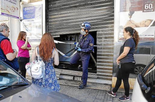 El spa Hidrópolis permaneció acordonado hasta la llegada de los agentes de la Policía Científica que practicaron la inspección del establecimiento.