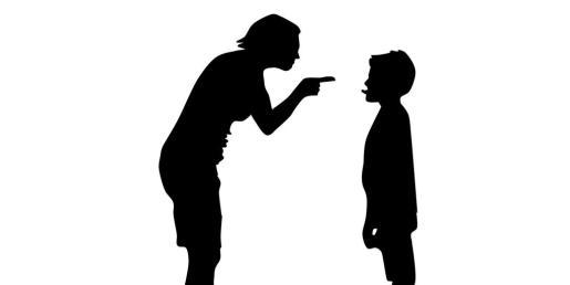 Un adulto riñe a un niño.