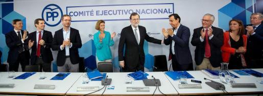 Fotografía facilitada por el PP, de su líder Mariano Rajoy (c), que es aplaudido por sus compañeros.