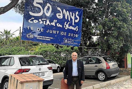 Borrás, con el cartel del 50 aniversario de la urbanización.